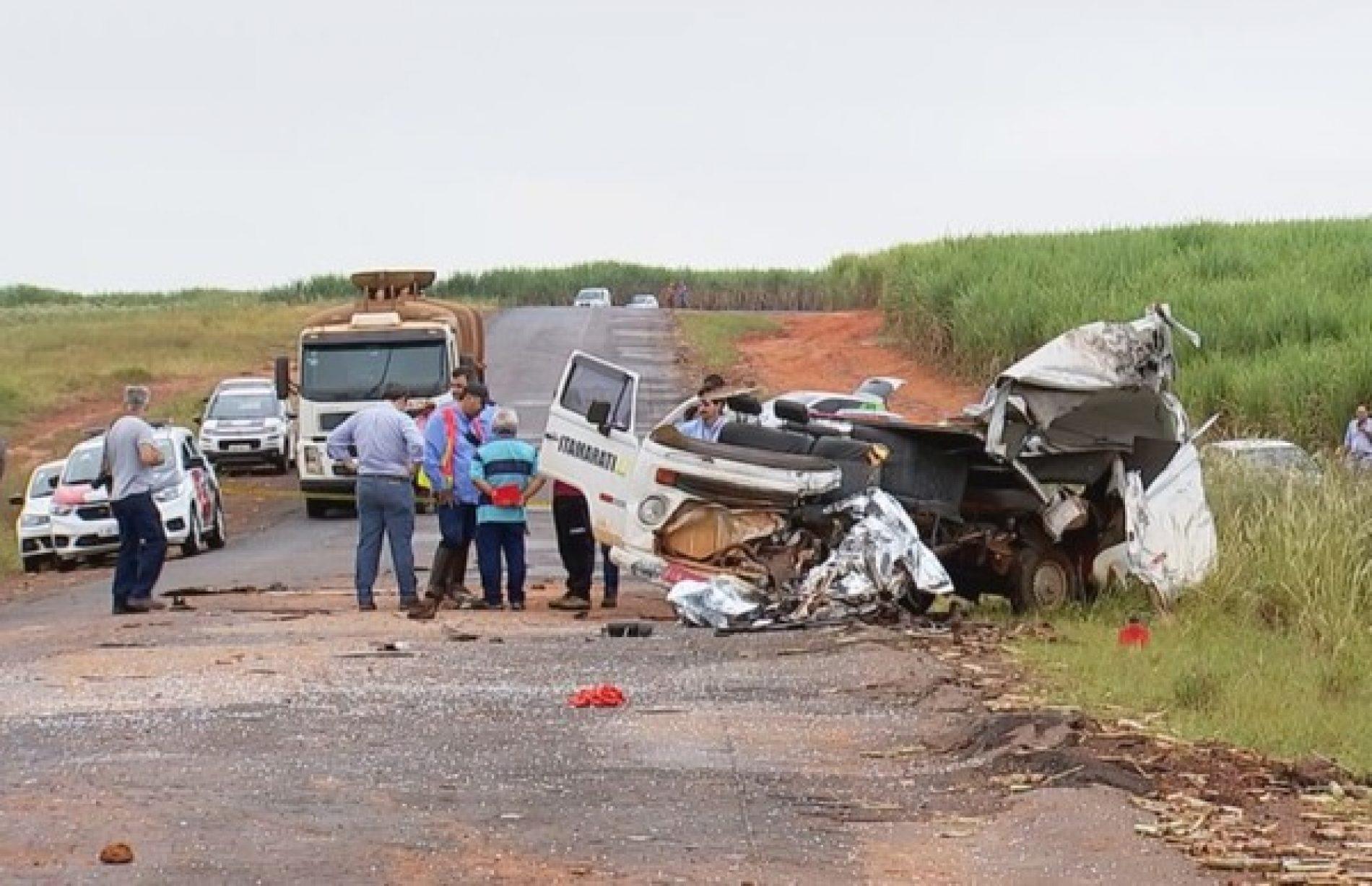 REGIÃO:  Acidente entre Kombi e ônibus mata duas pessoas