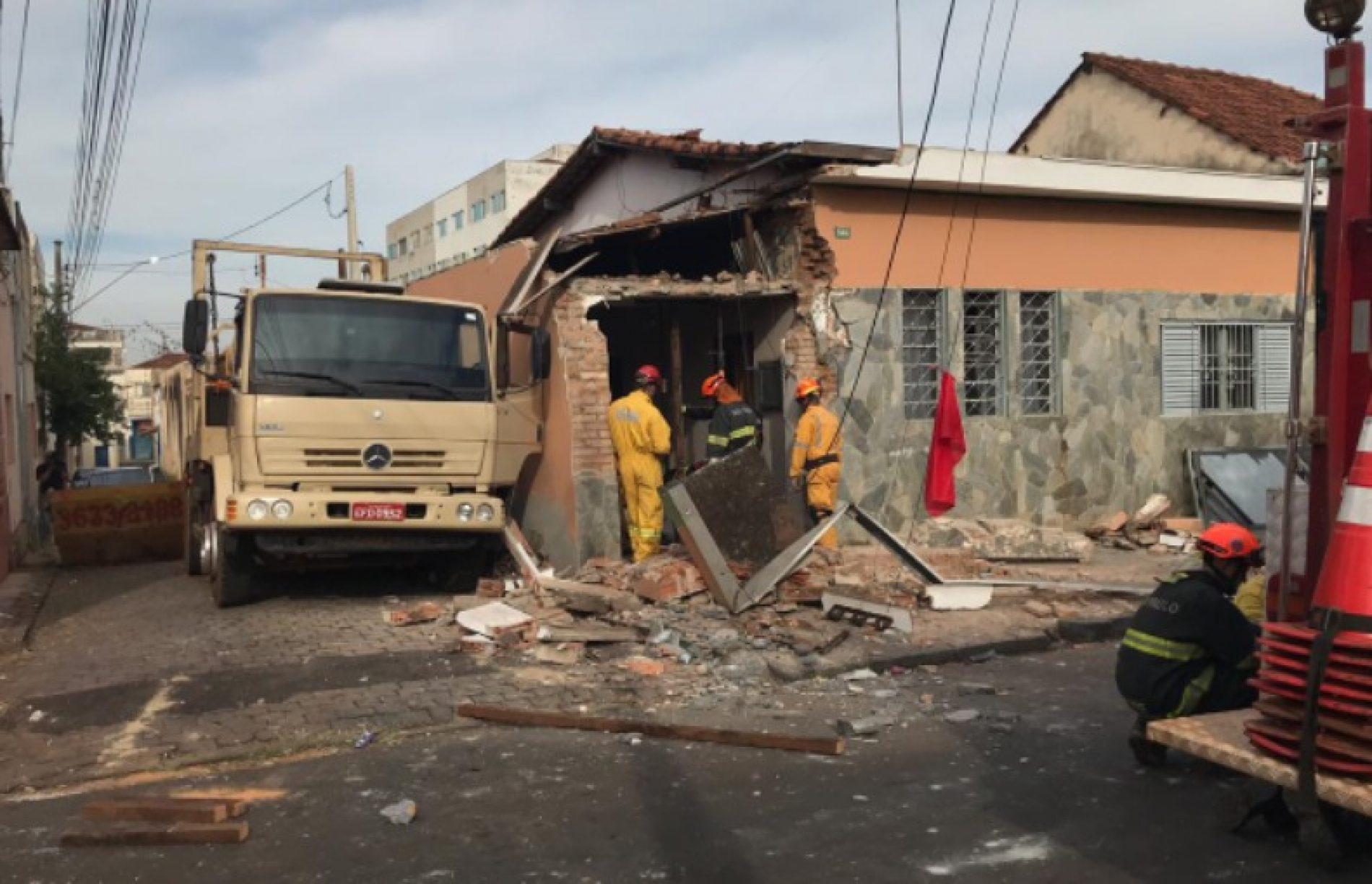 REGIÃO: Caminhão derruba parte de casa e deixa criança e adolescente retidos