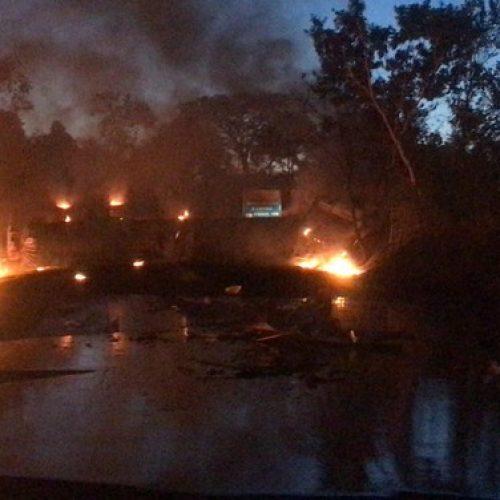 REGIÃO: Caminhão carregado com óleo lubrificante tomba e pega fogo