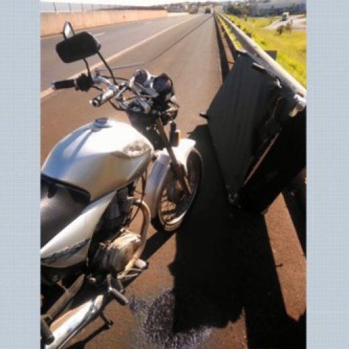 REGIÃO: Cama cai de carroceria e atinge motociclista no meio de rodovia