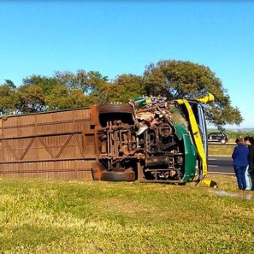 BEBEDOURO: Ônibus de excursão tomba após motorista passar mal ao volante e morrer