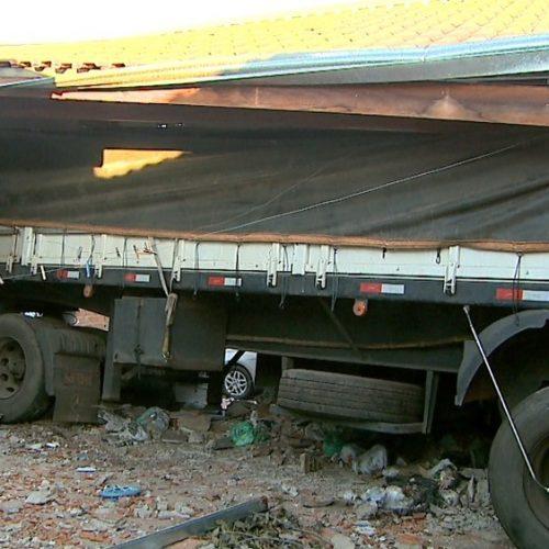 REGIÃO: Caminhão desgovernado bate em carro, atravessa terreno e invade casa