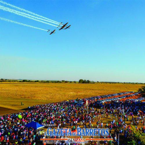 BARRETOS: Em exibição de gala Esquadrilha da Fumaça leva milhares de pessoas ao Aeroporto