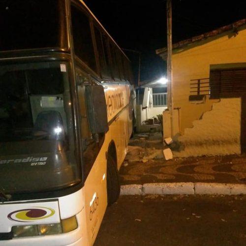 REGIÃO: Homem é preso após furtar ônibus e invadir garagem de casa ao perder controle da direção