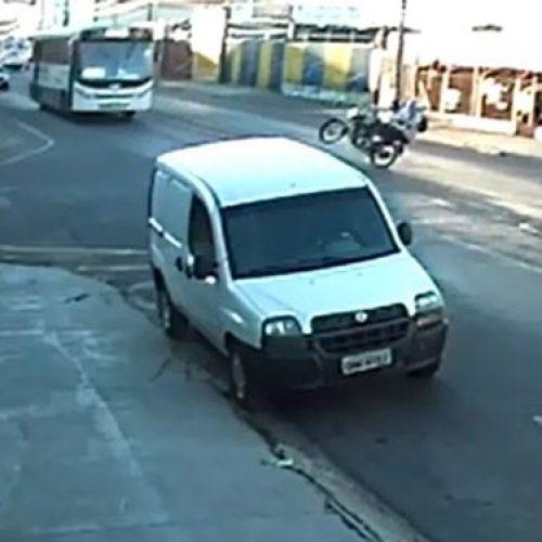 REGIÃO: Moto empina, mulher cai no asfalto e morre atropelada por ônibus