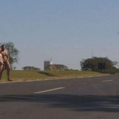 BEBEDOURO: Casal é flagrado nu ao atravessar rodovia