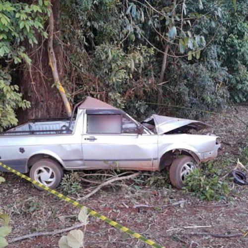 REGIÃO: Suspeito de furto morre ao bater picape em árvore