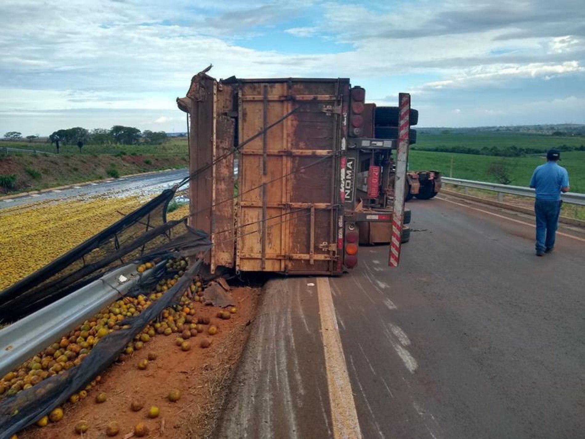 ALTAIR: Motorista de caminhão carregado de laranja perde controle e tomba na rodovia