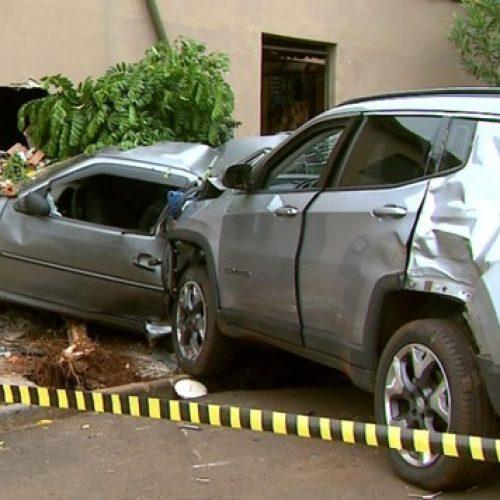 REGIÃO: Carro vai parar dentro de quarto após ser atingido na rua por veículo roubado