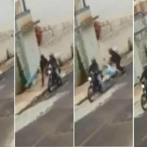 REGIÃO: Homem derruba idosa na calçada, rouba bolsa e foge com comparsa