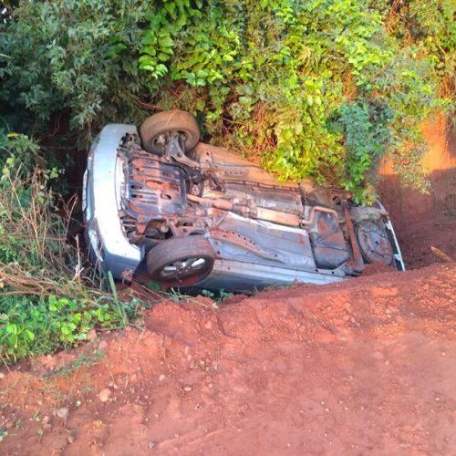 GUARACI: Motorista perde o controle de carro, cai em valeta e capota em seguida