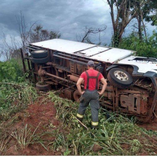 BARRETOS: Tombamento de caminhão com duas vitimas