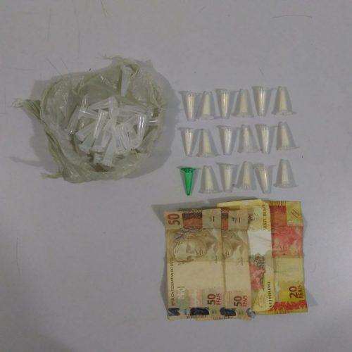 BARRETOS: Rapaz é preso com pinos de cocaína e dinheiro no Conjunto Newton Siqueira Sopa
