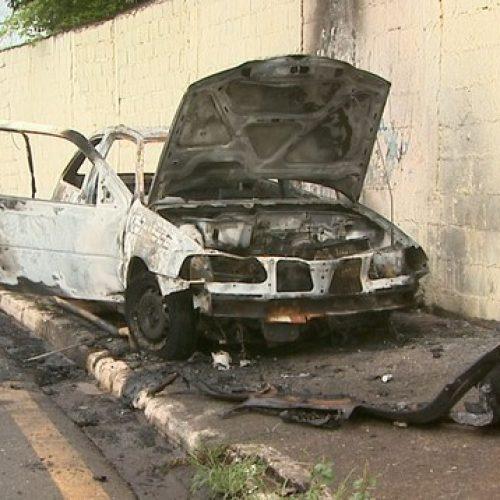 REGIÃO: Adolescente bate contra poste de sinalização e carro pega fogo
