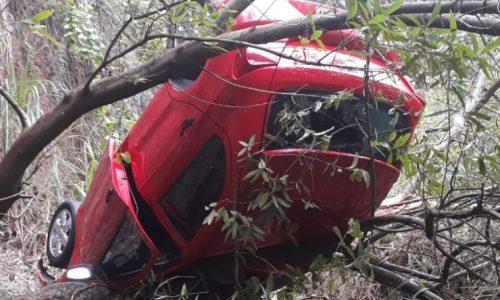 REGIÃO: Carro é abandonado após despencar de penhasco