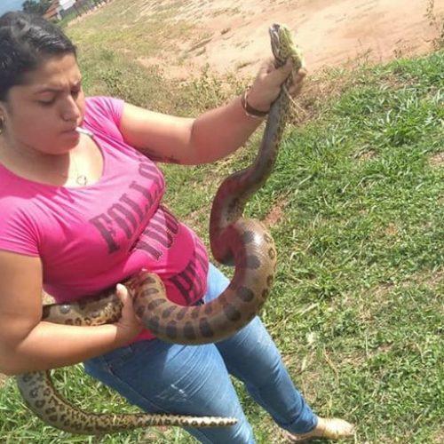 BARRETOS: Mulher captura sucuri com 2 m durante passeio com a família em parque