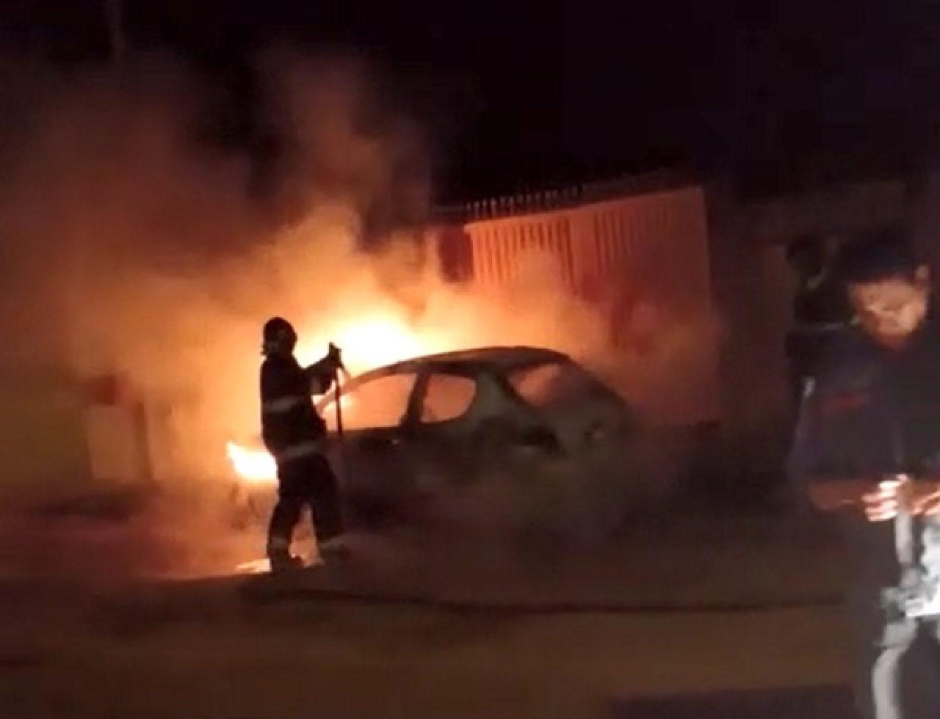 REGIÃO: Carro estacionado pega fogo