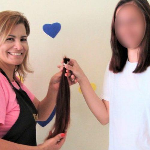 Presas doam cabelos para fazer perucas a mulheres que lutam contra o câncer em Barretos