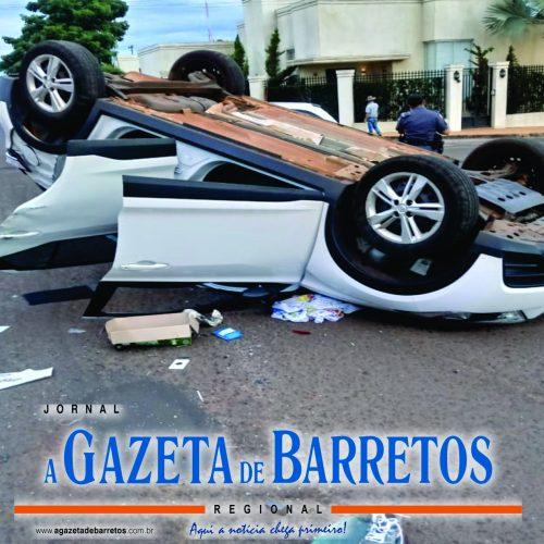 BARRETOS: Carro capota após acidente na Rua 20