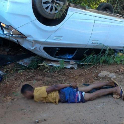 REGIÃO: Dupla suspeita de roubo é detida após capotar carro