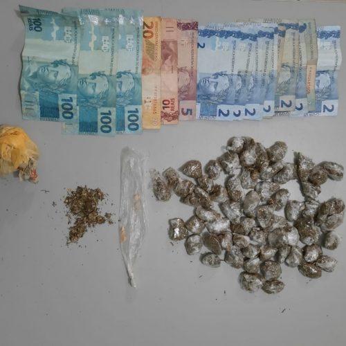 BARRETOS: Policia Militar prende maior, apreende menor e localiza drogas e dinheiro em residência no Mutirão da Gomes