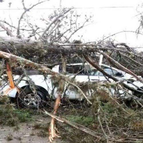 'Ciclone bomba' provoca vento acima de 100km/h, estragos e falta de luz no RS