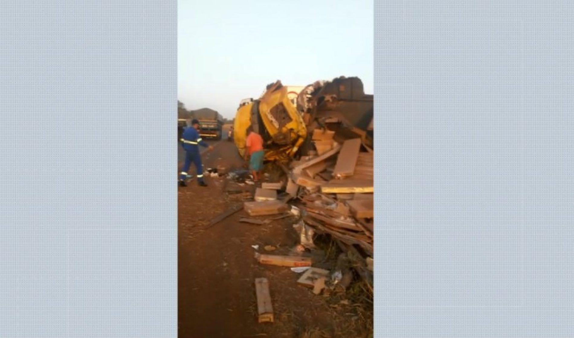 GUAÍRA: Dois ficam feridos em acidente com 2 caminhões e ônibus
