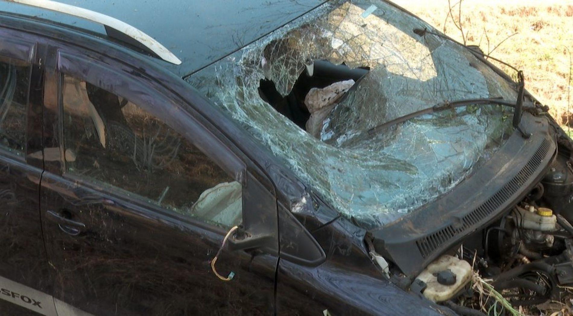 REGIÃO: Motorista perde controle da direção e cai dentro de córrego