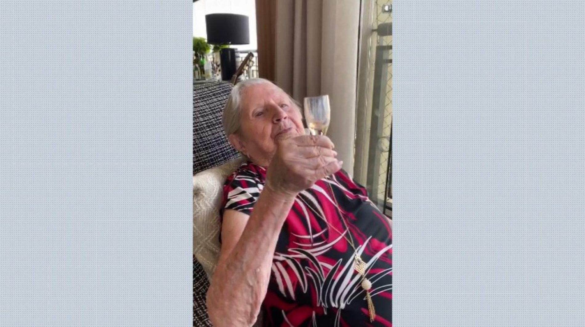 Idosa vence a Covid-19, brinda com licor e festeja aniversário de 103 anos pela internet