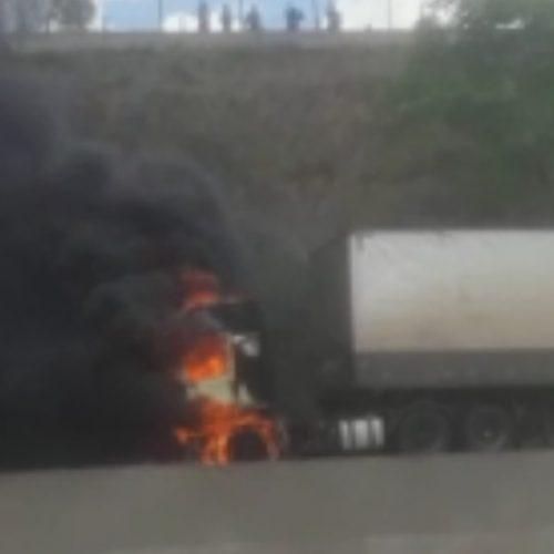 REGIÃO: Caminhão pega fogo e interdita faixas da rodovia Anhanguera