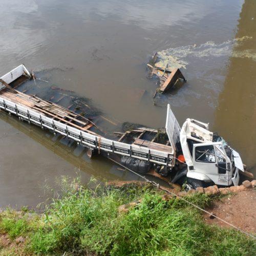BARRETOS: Motorista morre após colidir com ponte e caminhão cair dentro do Rio Grande