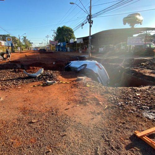 REGIÃO: Motorista não vê interdição e cai com carro dentro de cratera aberta para obras