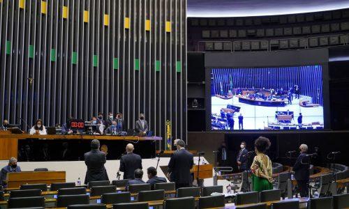 BRASIL: Câmara aprova projeto de lei que torna escolas serviços essenciais