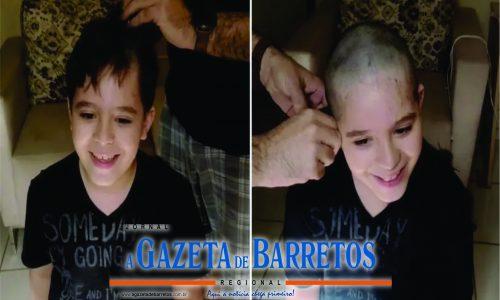 Menino raspa cabelo em apoio a amigo internado com câncer em Barretos