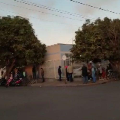 GUAÍRA: No frio, moradores passam madrugada na fila por vacina contra a Covid-19